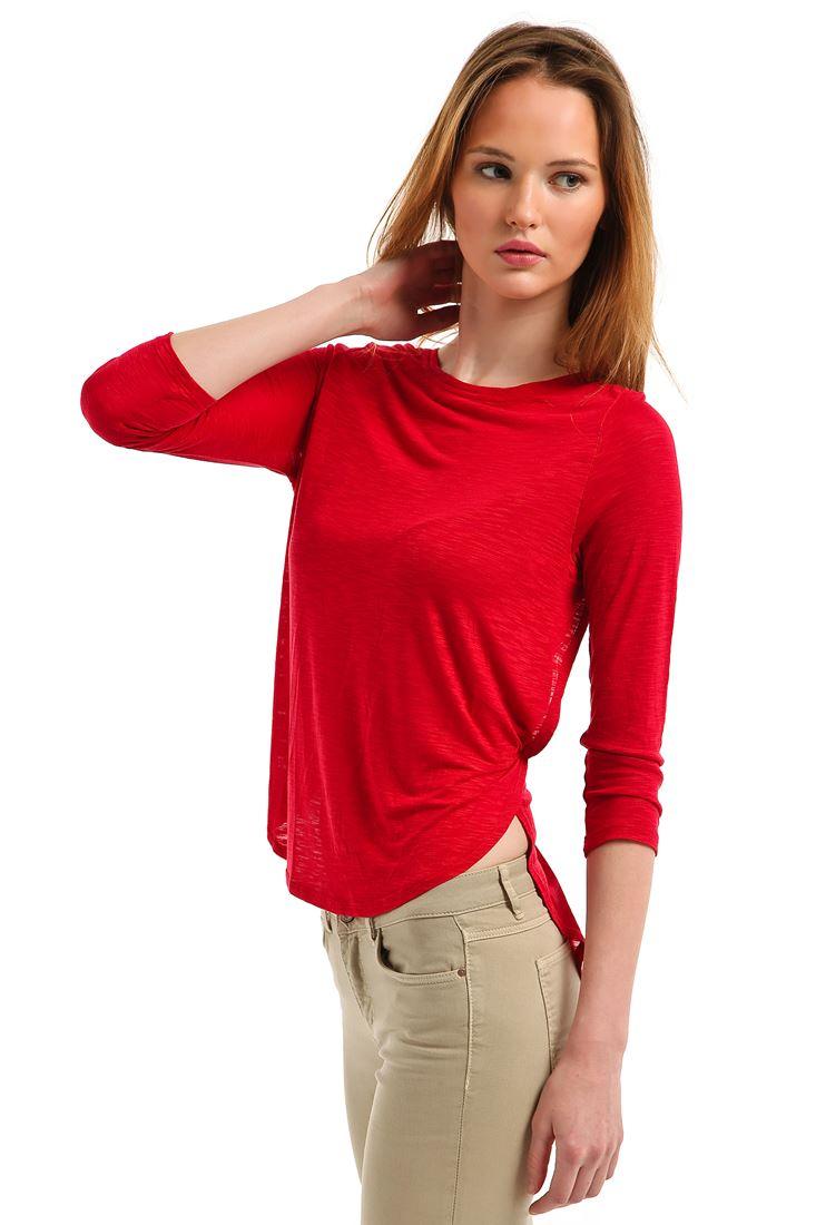 Geniş Yakalı Yırtmaçlı Tişört