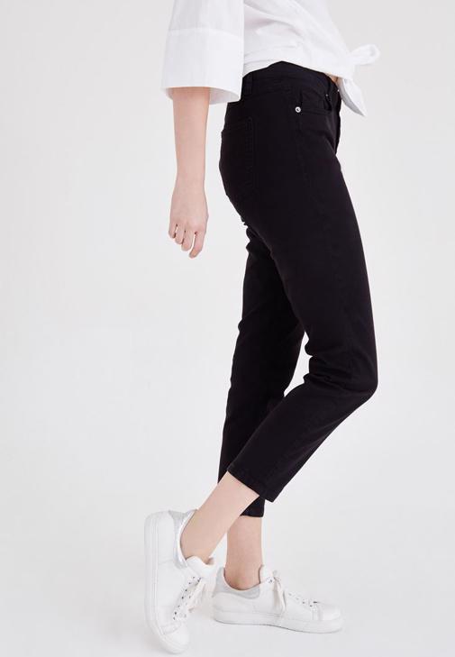 Kürk Detaylı Kaban ve Siyah Pantolon Kombini
