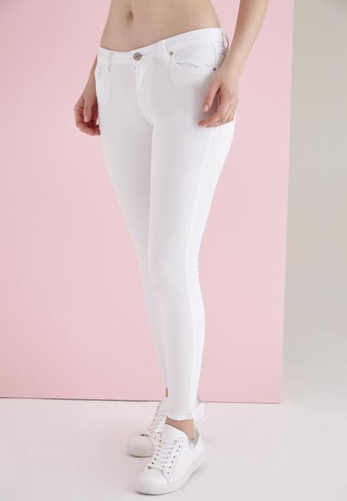 Beyaz Pantolon ve Beyaz Çanta kombini
