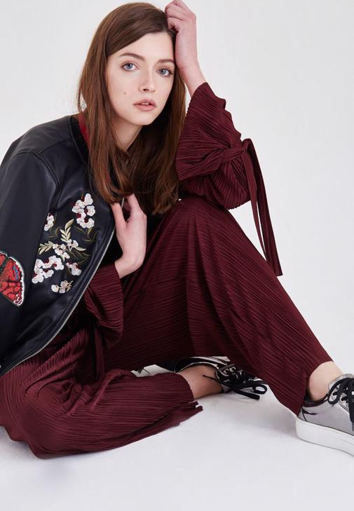 Deri Ceket ve Bol Pantolon Kombini