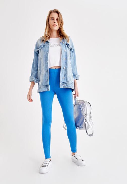 Beyaz Baskılı Crop Tişört ve Mavi Tayt Kombini