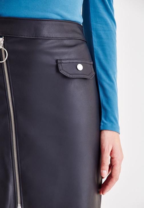 Mavi Bluz ve Deri Etek Kombini