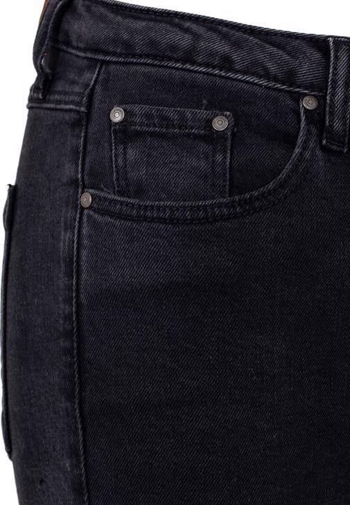 Gri Hırka ve Dizleri Yırtık Pantolon Kombini