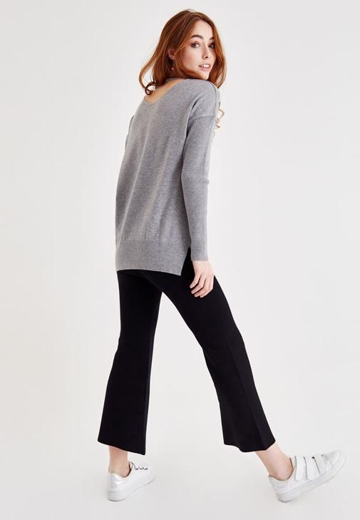 Gri Triko Kazak ve Siyah Pantolon Kombini