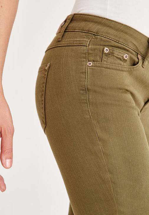 Yeşil Pantolon ve Kahverengi Gömlek Kombini