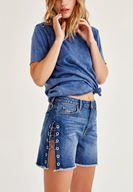 Mavi Tişört ve Denim Şort Kombini