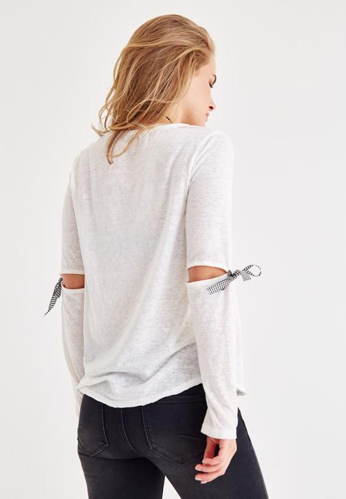 Beyaz Tişört ve Siyah Denim Pantolon Kombini
