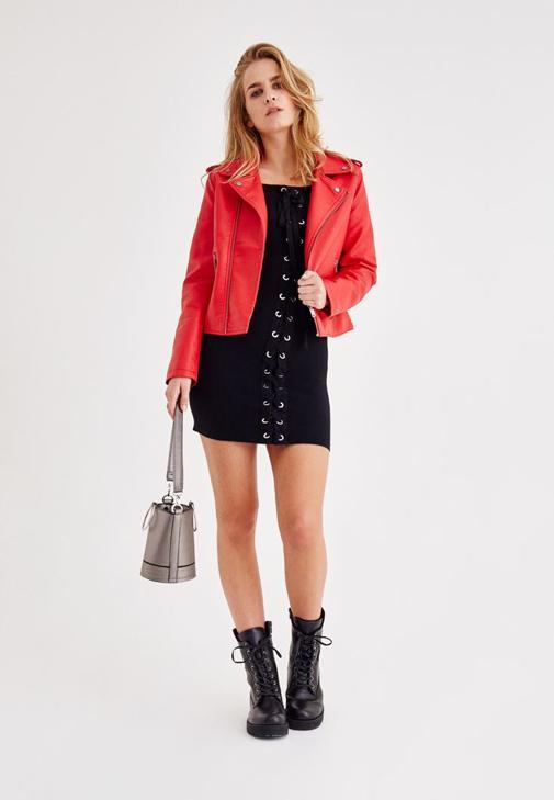 Siyah Elbise ve Kırmızı Deri Ceket