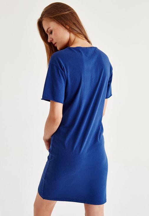 Mavi Elbise ve Metalik Şapka Kombini