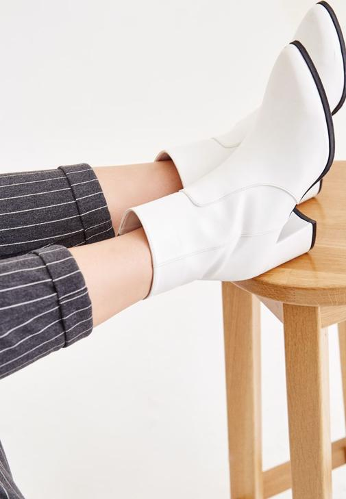 Gri Hırka ve Çizgili Pantolon Kombini