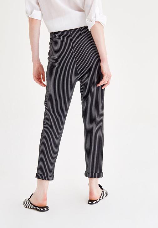 Beyaz Gömlek ve Siyah Çizgili Pantolon Kombini