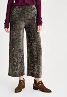 Siyah Trençkot ve Yeşil Pantolon Kombini