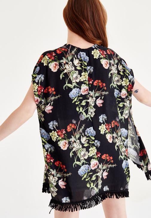 Desenli Kimono ve Beyaz Denim Şort Kombini