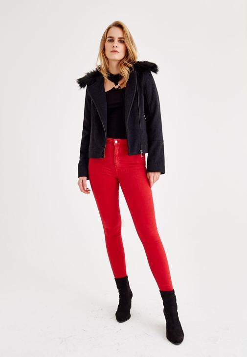 Siyah Biker Ceket ve Kırmızı Pantolon Kombini