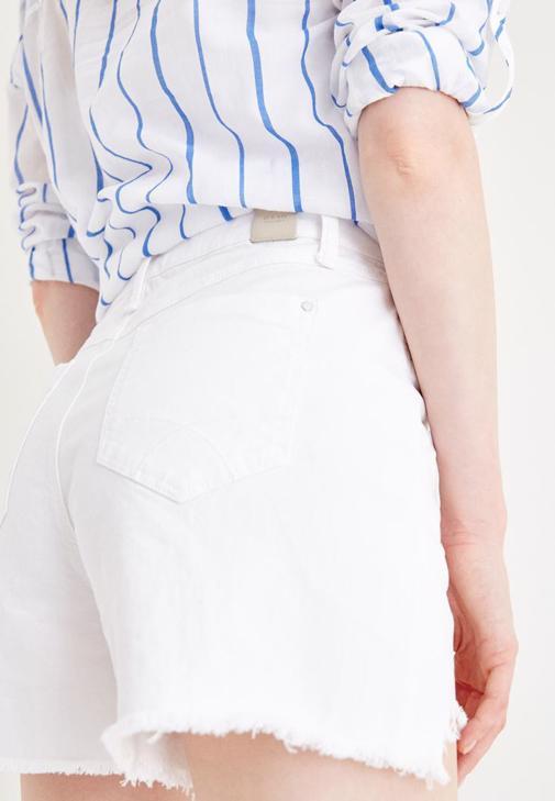Beyaz Şort ve Çizgili Gömlek Kombini