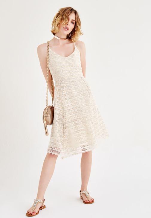 Dantel Elbise ve Taşlı Sandalet Kombini