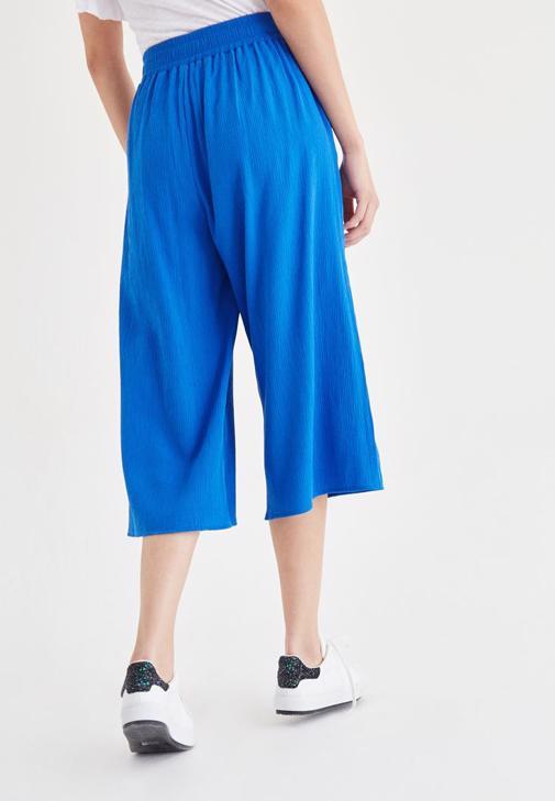 Beyaz Bluz ve Mavi Pantolon Kombini