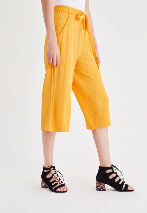 Mavi Bluz ve Sarı Pantolon Kombini