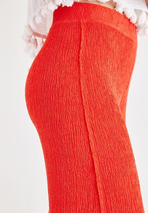 Desenli Bluz ve Kırmızı Pantolon Kombini