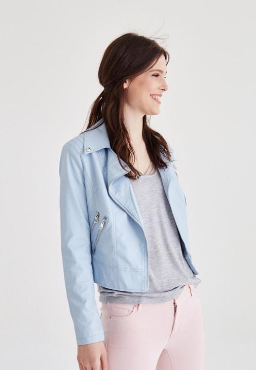Mavi Deri Ceket ve Pembe Pantolon Kombini