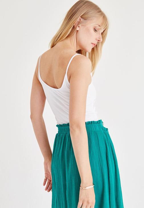 Beyaz Bluz ve Yeşil Etek Kombini