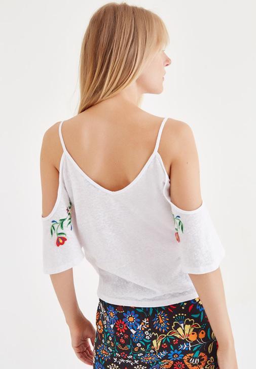 Beyaz Bluz ve Desenli Pantolon Kombini