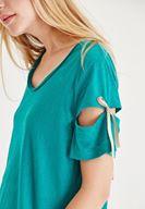Yeşil Tişört ve Çizgili Pantolon Kombini