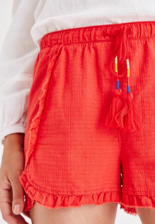 Beyaz Bluz ve Kırmızı Şort Kombini