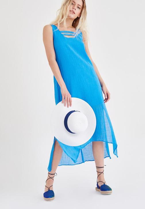 Mavi Elbise ve Beyaz Şapka Kombini