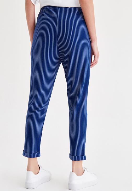 Beyaz Gömlek ve Mavi Pantolon Kombini