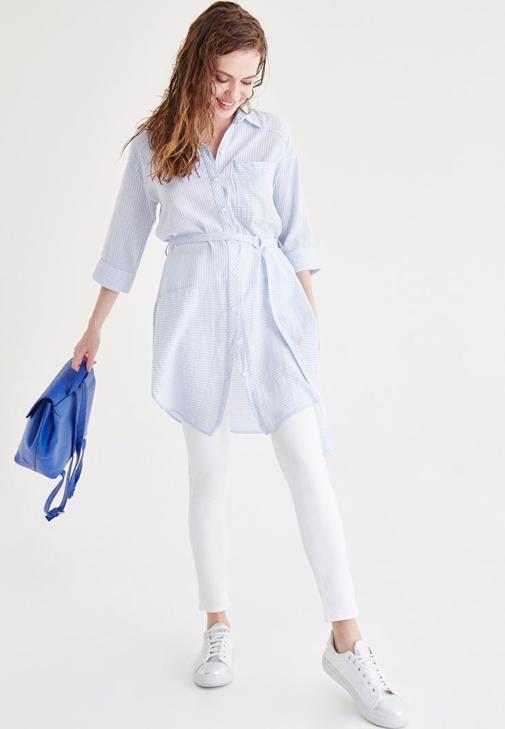 Mavi Uzun Gömlek ve Beyaz Pantolon Kombini