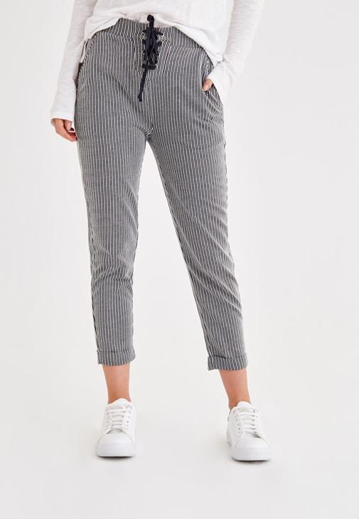 Çizgili Pantolon ve Bordo Bluz Kombini