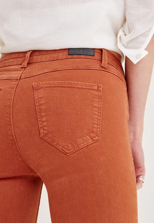 Beyaz Gömlek ve Kahverengi Pantolon Kombini