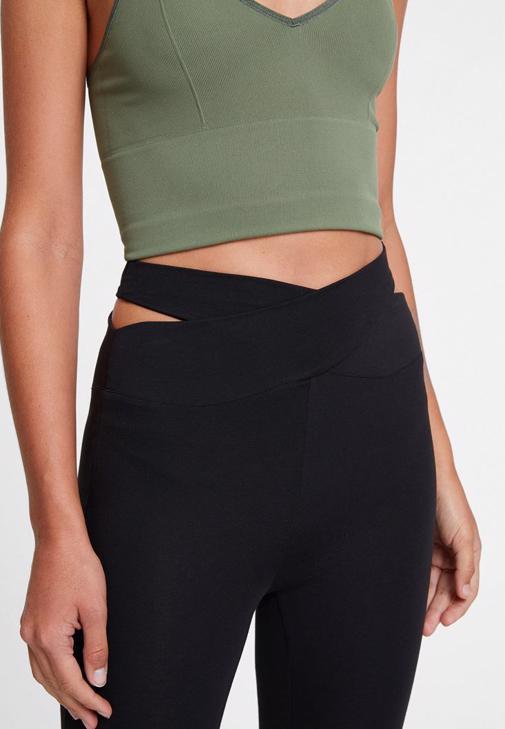 Yeşil Crop Bluz ve Beli Çapraz Detaylı Tayt Kombini