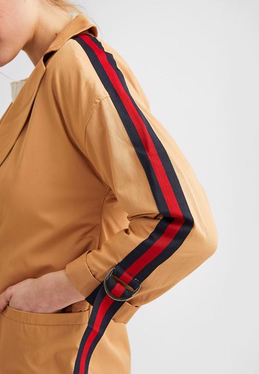 Kahverengi Trençkot ve Siyah Pantolon Kombini
