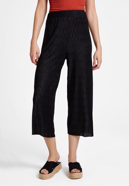 Askılı Bluz ve Siyah Pantolon Kombini