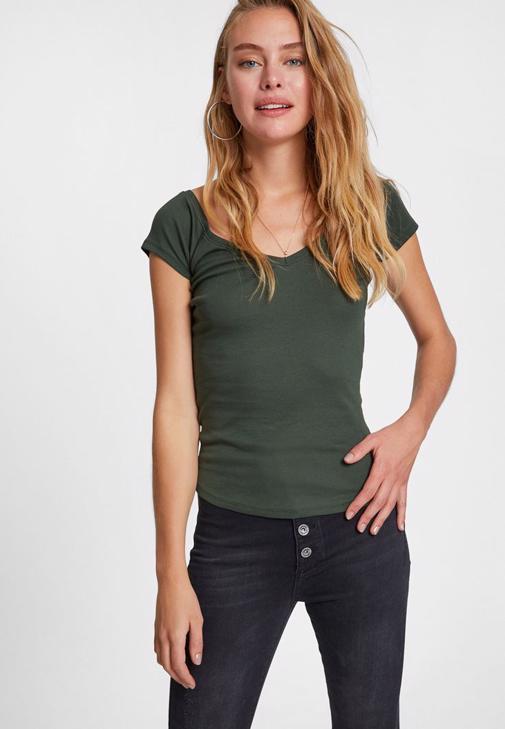 Düğmeli Pantolon ve Sırtı Biye Detaylı Tişört Kombini