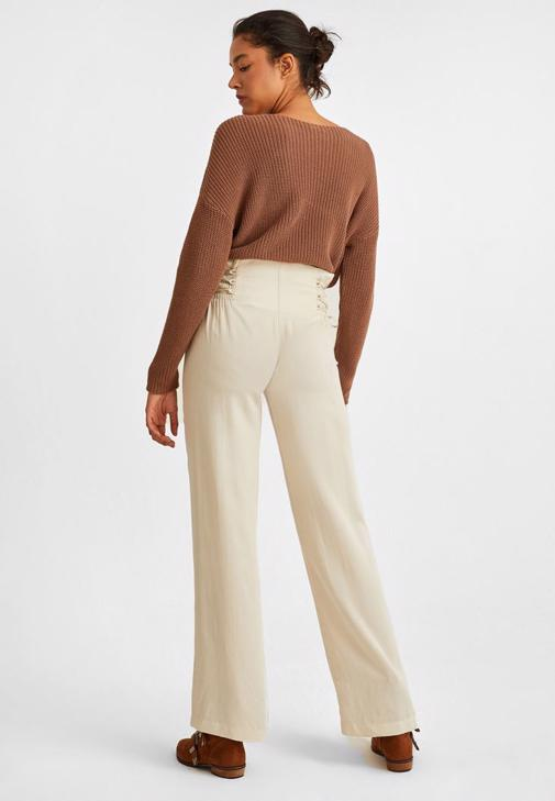 Askılı Siyah Bluz ve Krem Pantolon Kombini
