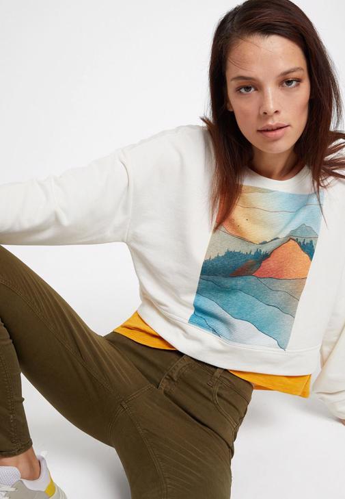 Baskılı Sweatshirt ve Yeşil Pantolon Kombini