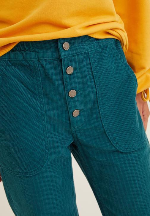 Yeşil Kadife Pantolon ve Satı Sweatshirt Kombini