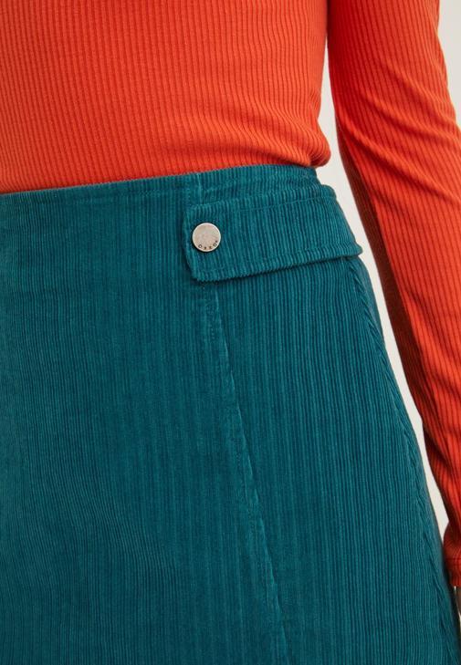 Çizgi Desenli Ceket ve Yeşil Etek Kombini