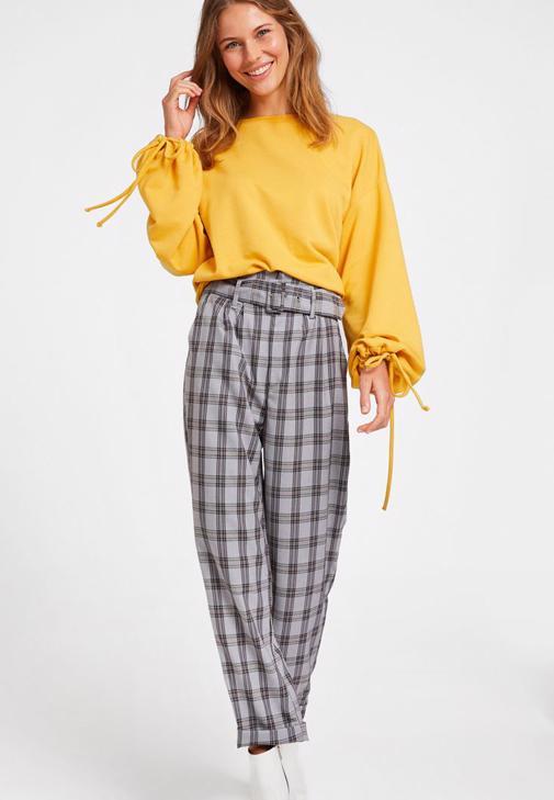 Gri Ekose Pantolon ve Sarı Sweatshirt Kombini