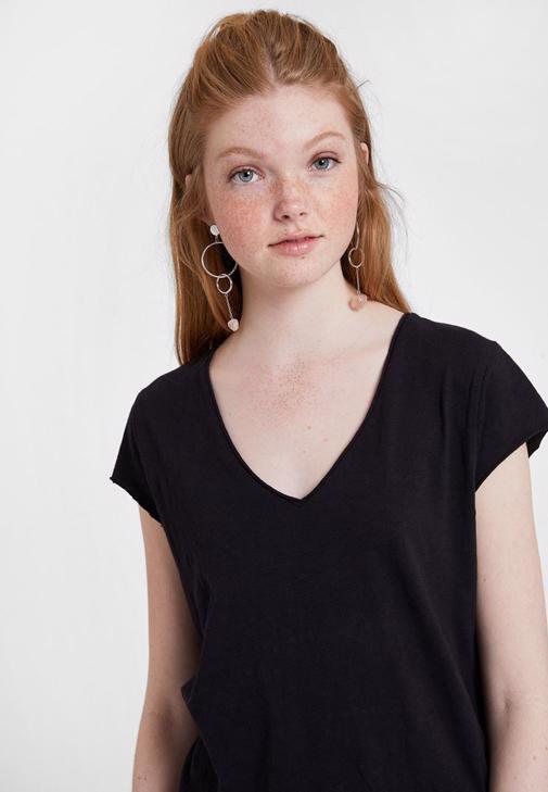 Mom Jean ve Siyah Basic Tişört Kombini