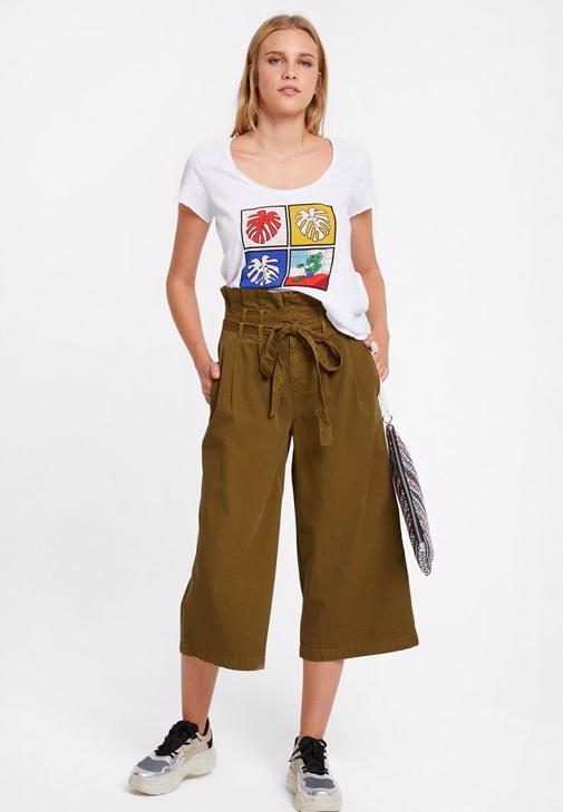 Baskılı Tişört ve Kemerli Bol Pantolon Kombini
