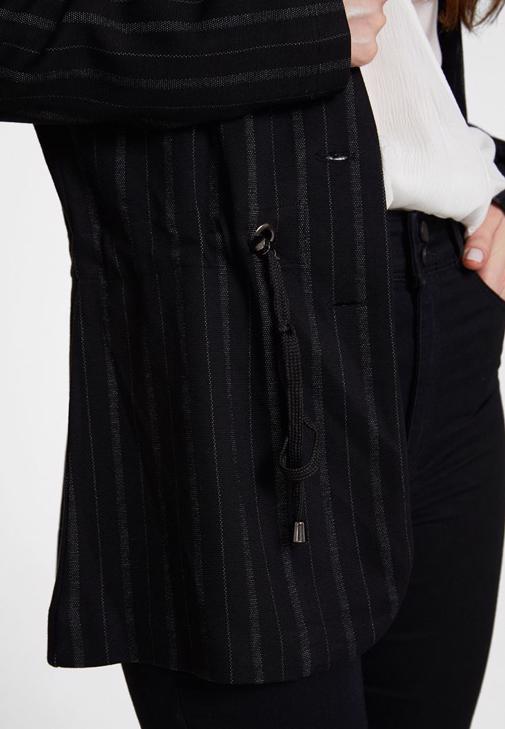 Çizgili Ceket ve Dar Paça Pantolon Kombini