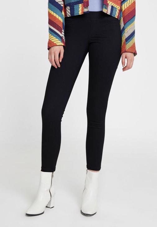 Siyah Pantolon ve Çizgi Desenli Ceket Kombini
