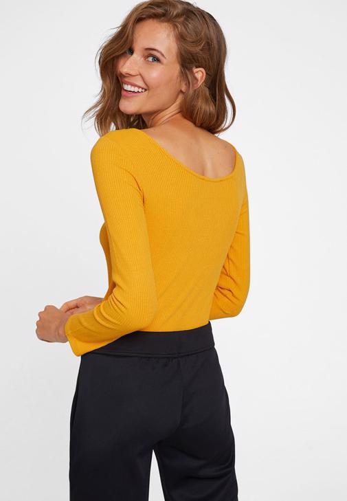 Siyah Yanı Şeritli Pantolon ve Sarı Tişört Kombini