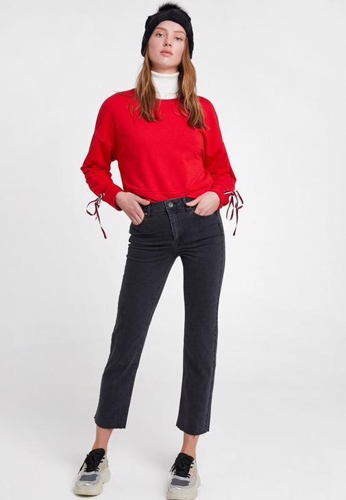 Kırmızı Sweatshirt ve Gri Jean Kombini