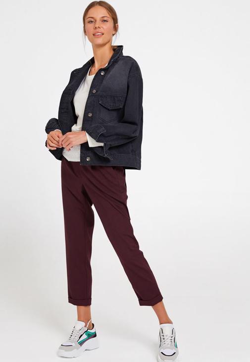Bordo Pantolon ve Siyah Denim Ceket Kombini