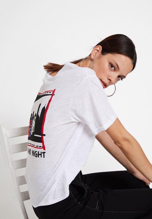 Sırtı Baskı Detaylı Tişört ve Bol Pantolon Kombini